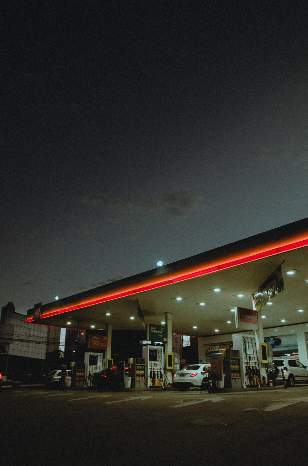 stacja benzynowa nocą